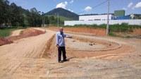 Vereador Barcelos Resina vistoria obras de pavimentação em ruas no bairro da Usina